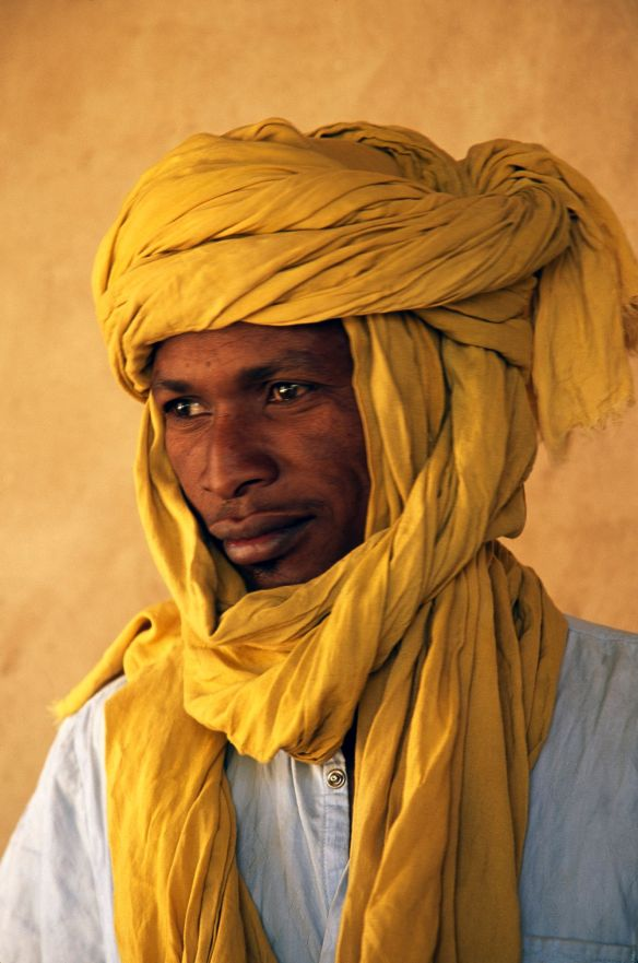geno_2_The bright head turbins worn by Chadean men are for more than just show, a valuable adaptation to the harsh Saharan Desert they helps to keep valuable water in and annoying sand out_Photo by David Evans