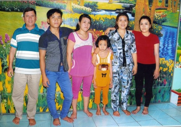 nhan-with-children